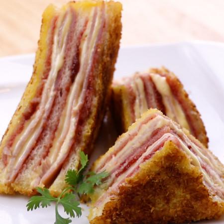 Sandwich kẹp mứt dâu và thịt jambon