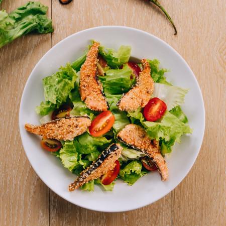 Salad cá hồi tẩm mè